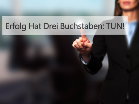 tun: Erfolg Hat Drei Buchstaben: Tun! (Success Has Three Letters: Do in German) - Businesswoman hand pressing button on touch screen interface. Business, technology, internet concept. Stock Photo