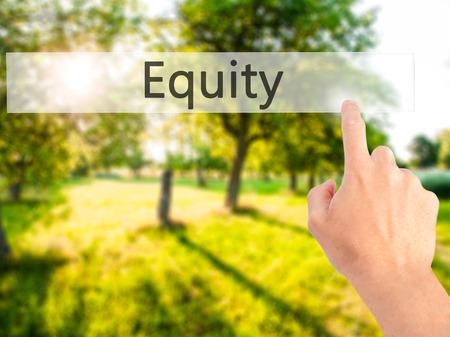 equity: Equidad - Mano presionando un bot�n en concepto de fondo borroso. Negocios, la tecnolog�a, el concepto de internet. Foto de stock