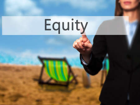 equity: Equidad - mano de la empresaria bot�n en la interfaz de pantalla t�ctil de prensado. Negocios, la tecnolog�a, el concepto de internet. Foto de stock