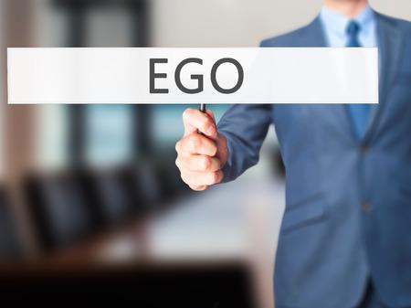 ego�sta: Ego - hombre de negocios mano que sostiene la muestra. Negocios, la tecnolog�a, el concepto de internet. Foto de stock
