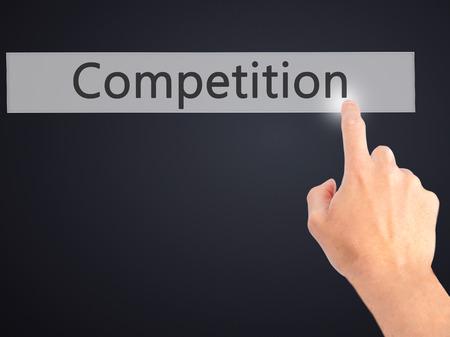 competitividad: Competencia - Mano presionando un bot�n en concepto de fondo borroso. Negocios, la tecnolog�a, el concepto de internet. Foto de stock Foto de archivo