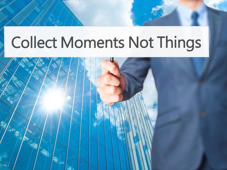 recoger: Recoger momentos no cosas - hombre de negocios que muestra la muestra. Negocios, la tecnología, el concepto de internet. Foto de stock