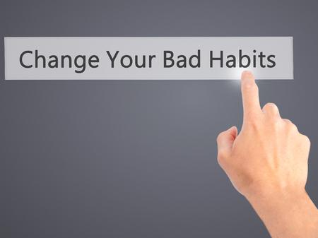 malos habitos: Sus cambiar los malos h�bitos - Mano presionando un bot�n en concepto de fondo borroso. Negocios, la tecnolog�a, el concepto de internet. Foto de stock