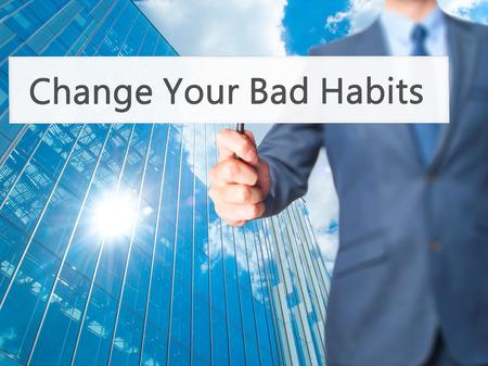 malos habitos: Sus cambiar los malos hábitos - celebración signo de mano del empresario. Negocios, la tecnología, el concepto de internet. Foto de stock