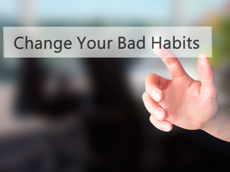 malos habitos: Sus cambiar los malos hábitos - Mano presionando un botón en concepto de fondo borroso. Negocios, la tecnología, el concepto de internet. Foto de stock