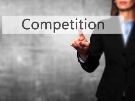 competitividad: Competencia - El éxito de la toma de negocios el uso de tecnologías innovadoras y botón de dedo que presiona. Negocio, el futuro y el concepto de tecnología. Foto de stock