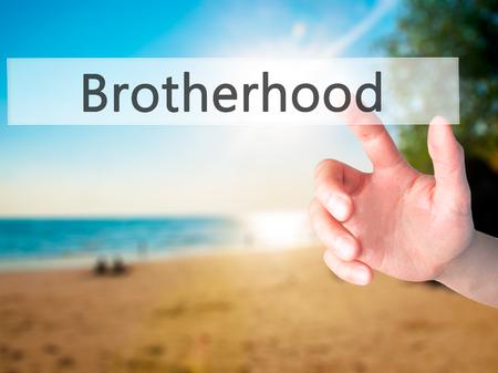 fraternidad: Hermandad - Mano presionando un bot�n en concepto de fondo borroso. Negocios, la tecnolog�a, el concepto de internet. Foto de stock