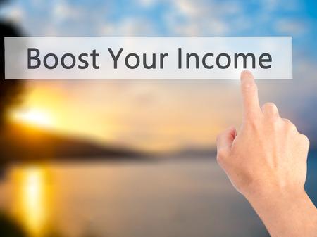 remuneraci�n: Aumentar sus ingresos - Mano presionando un bot�n en concepto de fondo borroso. Negocios, la tecnolog�a, el concepto de internet. Foto de stock