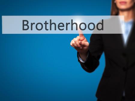 fraternidad: Hermandad - mujer de negocios que presiona los botones modernos en una pantalla virtual. Concepto de tecnolog�a e internet. Foto de stock