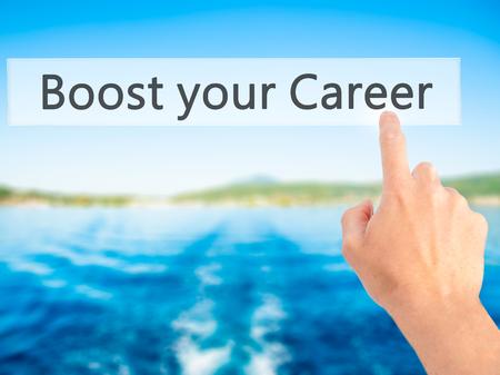 Boost uw carrière - Hand indrukken van een knop op onscherpe achtergrond concept. Business, technologie, internet concept. Stock foto Stockfoto
