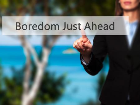 cansancio: El aburrimiento justo por delante - mujer de negocios que presiona los botones modernos en una pantalla virtual. Concepto de tecnología e internet. Foto de stock