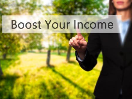 remuneraciÓn: Aumentar sus ingresos - chica joven que trabaja con una pantalla virtual que tocar el botón. La tecnología, el concepto de internet. Foto de stock