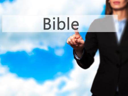 vangelo aperto: Bibbia - Ragazza che lavora con schermo virtuale e il pulsante toccante. La tecnologia, il concetto di internet. Archivi fotografici Archivio Fotografico