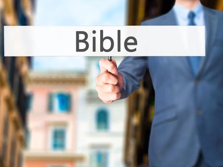 vangelo aperto: Bibbia - mano dell'uomo d'affari che tiene segno. Affari, tecnologia, il concetto di internet. Archivi fotografici Archivio Fotografico