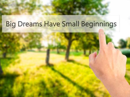 大きな夢は、小さな始まり - 背景をぼかした写真コンセプトで、ボタンを押す手を持っています。ビジネス、技術、インターネットの概念。ストッ