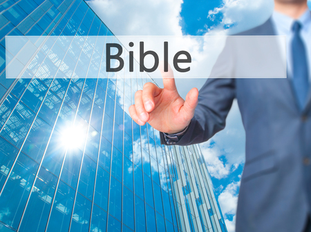 vangelo aperto: Bibbia - premendo affari pulsante virtuale. Affari, concetto di tecnologia. Archivi fotografici Archivio Fotografico