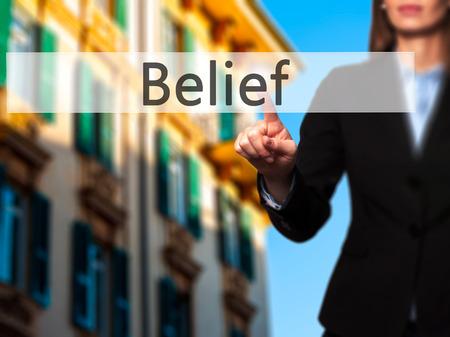 La creencia - El éxito de la toma de negocios uso de tecnologías innovadoras y el botón de dedo que presiona. Negocio, el futuro y el concepto de tecnología. Foto de stock