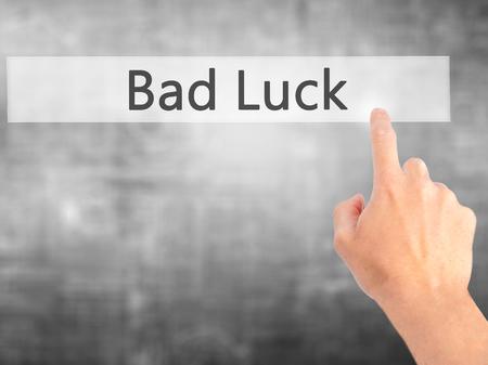 La mala suerte - Mano presionando un botón en concepto de fondo borroso. Negocios, la tecnología, el concepto de internet. Foto de stock