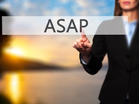 できるだけ早く - 分離の女性手に触れるかボタンをポイントします。ビジネスと将来の技術コンセプト。ストック フォト 写真素材