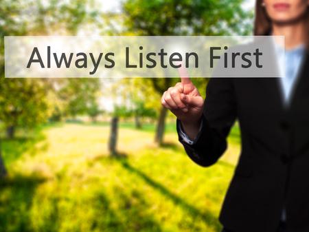 Siempre escuchar primero - aislado que toca a mano femenina o señalando botón. Negocios y concepto de la tecnología futura. Foto de stock