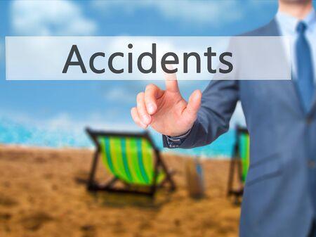 violación: - Los accidentes de prensa del hombre de negocios en la pantalla digital. Negocio, el concepto de internet. Foto de stock