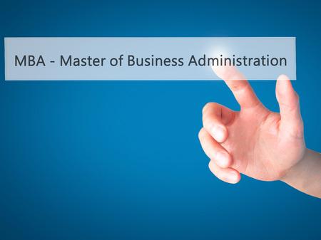 administracion de empresas: MBA - Master of Business Administration - Mano presionando un bot�n en concepto de fondo borroso. Negocios, la tecnolog�a, el concepto de internet. Foto de stock