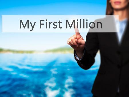 millonario: Mi primer millón - Empresaria mano botón en la interfaz de pantalla táctil de prensado. Negocios, la tecnología, el concepto de internet. Foto de stock