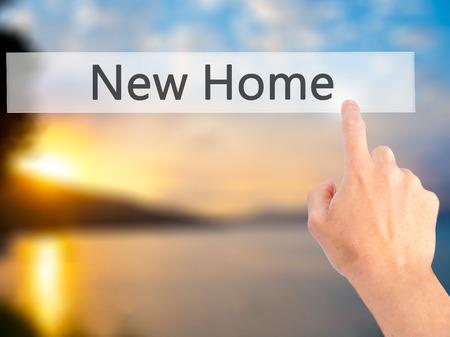 dislocation: Nuevo hogar - Mano presionando un botón en concepto de fondo borroso. Negocios, la tecnología, el concepto de internet. Foto de stock