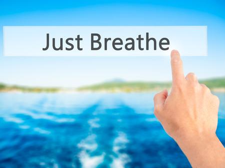 Just Breathe - Mano presionando un botón en concepto de fondo borroso. Negocios, la tecnología, el concepto de internet. Foto de stock