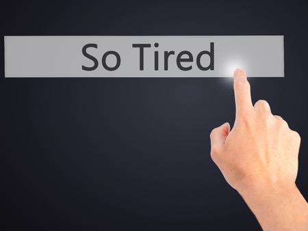 Tellement fatigué - main appuyant sur un bouton sur le concept d'arrière-plan flou. Affaires, technologie, concept internet. Photo Banque d'images