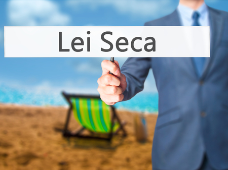 violación: Lei Seca (Prohibición Ley de Alcoholes n portugués) - hombre de negocios mano que sostiene la señal. Negocios, la tecnología, el concepto de internet. Foto de stock