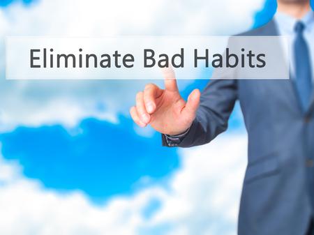 malos habitos: Eliminar los malos h�bitos - hombre de negocios bot�n de tacto de la mano en la interfaz de pantalla virtual. Negocio, el concepto de tecnolog�a. Foto de stock