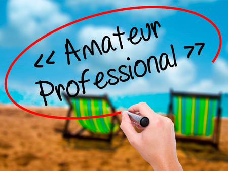 amateur: Hombre de la mano escribiendo Amateur - Profesional con marcador negro en la pantalla visual. Aislado en el baño de sol en la playa. Negocios, la tecnología, el concepto de internet. Foto de stock