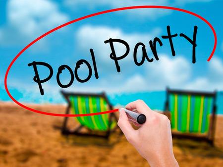 socializando: Escritura de la mano del hombre fiesta en la piscina con un marcador negro en la pantalla visual. Aislado en el baño de sol en la playa. Negocios, la tecnología, el concepto de internet. Foto de stock