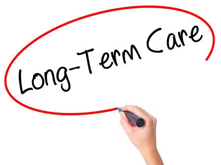 pflegeversicherung: Langzeitpflege mit schwarzen Marker auf visuellen Bildschirm Frauen Hand zu schreiben. Isoliert auf weiß. Wirtschaft, Technik, Internet-Konzept. Stockfoto