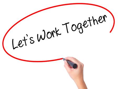 sinergia: Escritura de la mano de las mujeres Permite trabajar junto con marcador negro en la pantalla visual. Aislado en blanco Negocios, tecnología, concepto de internet. Foto de stock