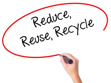 recycle reduce reuse: Las mujeres Escritura de la mano reduce la reutilización recicla con marcador negro en la pantalla visual. Aislado en blanco. Negocios, la tecnología, el concepto de internet. Foto de stock