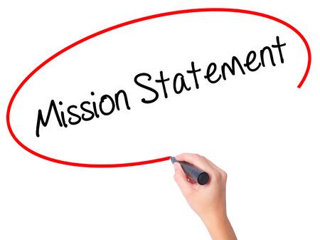 Mano delle donne che scrive Mission Statement con pennarello nero su schermo visivo. Isolato su bianco Affari, tecnologia, concetto di internet. Foto d'archivio Archivio Fotografico