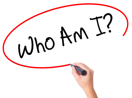 Frauen Handschreiben Wer bin ich? mit schwarzen Marker auf visuellen Bildschirm. Isoliert auf weiß. Wirtschaft, Technik, Internet-Konzept. Stockfoto Standard-Bild