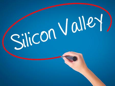 silicio: Las mujeres Escritura de la mano de Silicon Valley con marcador negro en la pantalla visual. Aislado en azul. Negocios, la tecnología, el concepto de internet. Foto de stock