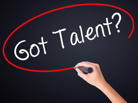 Vrouw Hand Schrijven Got Talent? op lege transparant bord met een marker geïsoleerd op zwarte achtergrond. Bedrijfsconcept. Stock foto