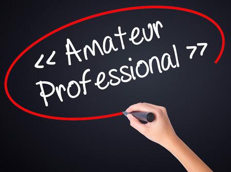 amateur: Mujer escritura de la mano Amateur - Profesional con un marcador sobre un tablero transparente. Aislado en el fondo. Negocios, la tecnología, el concepto de internet. Foto de stock Foto de archivo