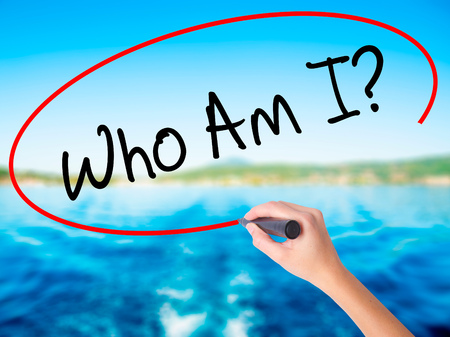 Femme à la main Qui suis-je? Sur panneau transparent vierge avec un marqueur isolé sur fond de l'eau. Concept d'affaire. Photo en stock