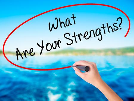 女性の手が自分の強みを書くか。マーカーを持つ空の透明な板に水の背景に分離。ビジネス コンセプトです。ストック フォト