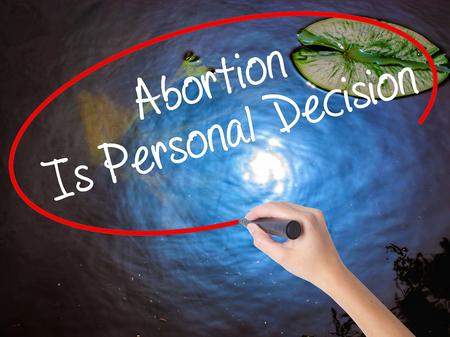 poronienie: Kobieta strony na piśmie Aborcja jest osobista decyzja ze znacznikiem na przezroczystej płytce. Pojedynczo na naturze. Koncepcja biznesowa. Zdjęcie Seryjne Zdjęcie Seryjne
