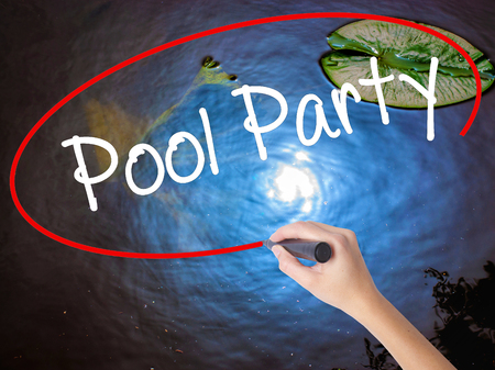 socializando: Mano de mujer escribiendo Pool Party con marcador al agua transparente. Aislado en la naturaleza. Concepto de negocio. Foto de stock Foto de archivo