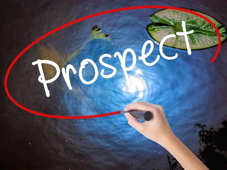 prospector: Mujer escritura de la mano con marcador perspectiva sobre un tablero transparente. Aislado en la naturaleza. Concepto de negocio. imagen de archivo
