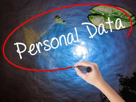 datos personales: Mano de la mujer de datos personales por escrito con marcador sobre un tablero transparente. Aislado en la naturaleza. Concepto de negocio. Foto de stock