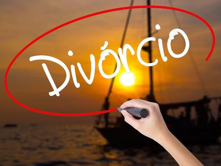 Escritura de la mano de la mujer Divorcio (Divorcio en portugués) con un marcador sobre un tablero transparente. Aislado en la puesta del sol del barco. Concepto de negocio. Foto de stock Foto de archivo - 67749672
