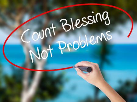 Vrouw Hand schrijven Count Blessing niet problemen met zwarte marker op visuele scherm. Geïsoleerd op de natuur. Bedrijfsconcept. Stock foto